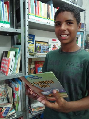 Danrley Silva, 15 anos, gosta de ler para conhecer outros 'mundos' (Foto: Luna Markman/G1)