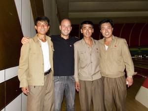 Gabriel Prehn Britto com norte-coreanos (Foto: Gabriel Prehn Britto/Arquivo pessoal)