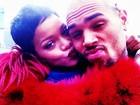 Chris Brown ganha beijo de Rihanna em foto