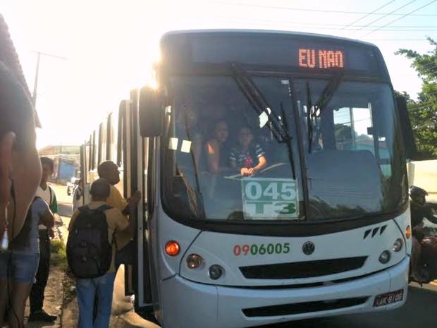 Passageiros reclamaram de paralisação dos coletivos em Manaus (Foto: Suelen Gonçalves/G1 AM)