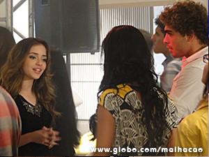 Flaviana expulsa casal de convidados (Foto: Malhação / TV Globo)