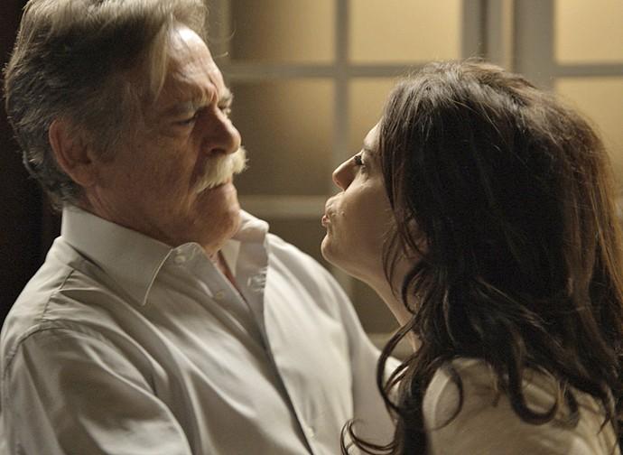 Nelita fica transtornada e acusa Gibson (Foto: TV Globo)