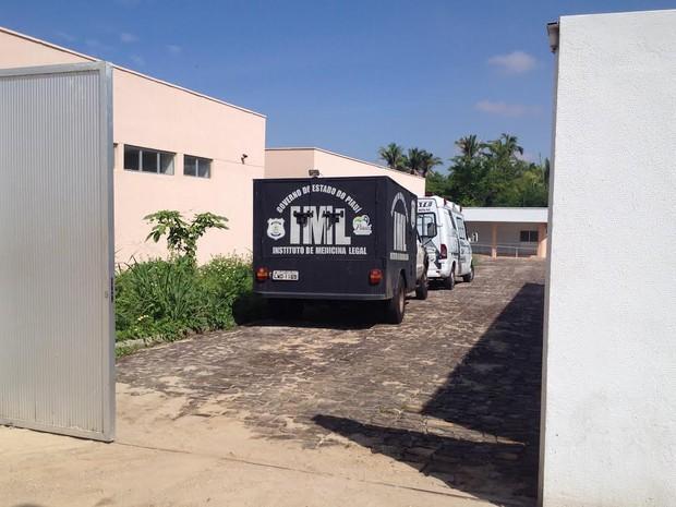 Carro do Instituto Médico Legal de Teresina foi buscar corpo na cidade de Bom Jesus (Foto: Gilcilene Araújo/G1)