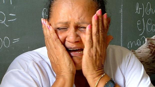 Maria das Graças de desespera ao falar da morte do filho, o estudante de pedagogia Joaquim Zacarias da Silva Neto, vítima de latrocínio em Natal  (Foto: Reprodução/Inter TV Cabugi)