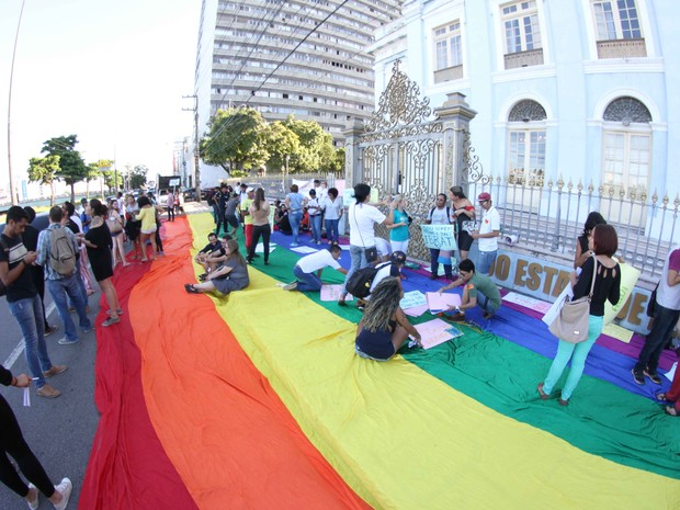 Grupo pintou cartazes e distribuiu panfletos em frente à Assembleia Legislativa de Pernambuco (Alepe) (Foto: Aldo Carneiro/Pernambuco Press)