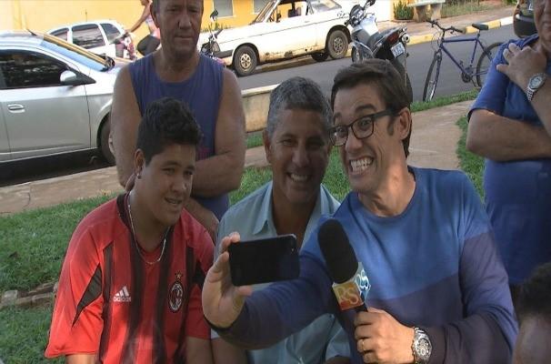 Marcos Paiva tira 'selfie' com moradores de Procissão (Foto: Reprodução / TV TEM)