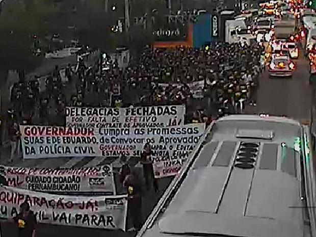 Ato do Sinpol começou por volta das 17h; caminhada deve seguir até a sede do governo estadual (Foto: Reprodução / TV Globo)