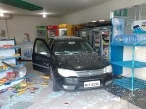 Jovem perdeu o controle do veículo e invadiu estabelecimento (Foto: Josival Menezes/7segundos.com.br)