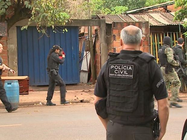 Policiais trabalham em operação para prender quadrilha de traficantes em Ribeirão Preto (Foto: Paulo Souza/EPTV)