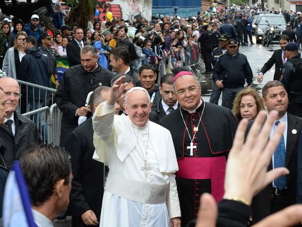 Ao lado de Dom Orani João Tempesta, arcebispo do Rio, Francisco acena em meio aos fiéis em Manguinhos (Foto: Tasso Marcelo/AFP)