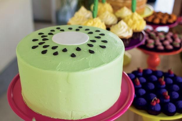 O bolo – Com sabor baunilha, o doce lembra um kiwi e foi coberto com glacê real. A pasta americana simula o miolo e os caroços da fruta. (Foto: Thais Galardi/GNT)