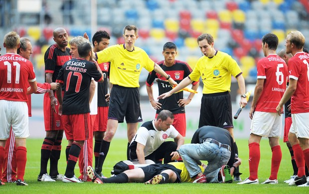 Arbitro Agredido no jogo do Benfica (Foto: Getty Images)