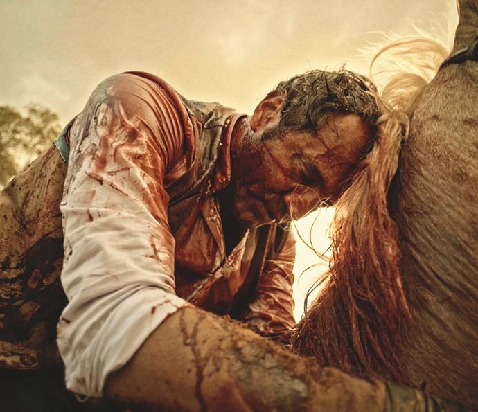 Santo é atingindo em cima do cavalo (Foto: TV Globo)
