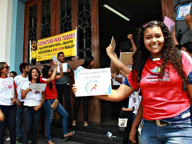 """Jovem mostra cartaz com frase """"Vai que é tua, ungido"""" (Foto: Adneison Severiano/G1 AM)"""