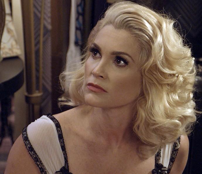 Sandra fica pasma com a ameaça de Ernesto (Foto: TV Globo)