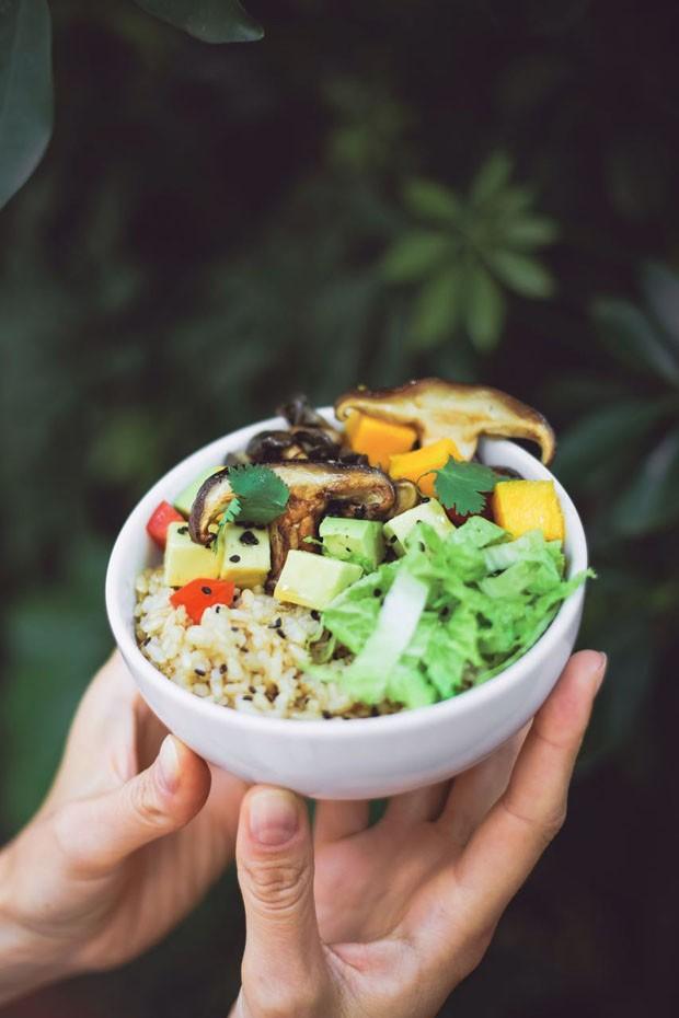 """Aprenda a preparar o poke havaiano, ou """"peixe no bowl"""" (Foto: Simplesmente)"""