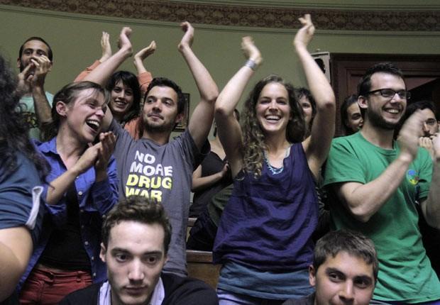 Uruguaios celebram nesta quarta-feira (10) a aprovação, no Senado, do cultivo e consumo da maconha no país (Foto: AFP)