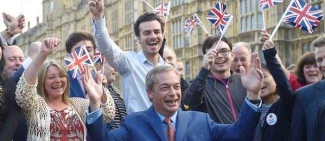 Nigel Farage, líder do partido de extrema-direita britânico Ukip, faz um pronunciamento após vitória do Brexit (Foto: Toby Melville / Reuters)