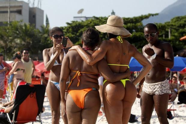 Gracyanne Barbosa na praia (Foto: Marcos Ferreira/FotoRio)