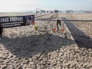 A ONG Rio de Paz realiza uma homenagem ao cinegrafista da TV Bandeirantes, Santiago Ilídio Andrade, nas areias da praia de Copacabana no Rio de Janeiro. (Foto: Daniel Scelza/Futura Press/Estadão Conteúdo)