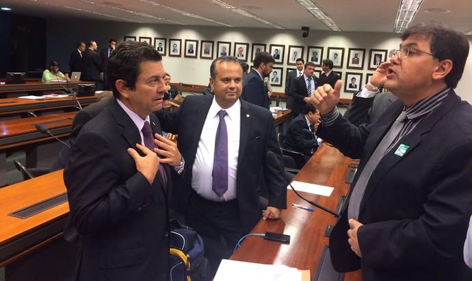 deputado Otavio Leite discutindo com o representante da Secretaria de Relações Institucionais do Governo Federal (Foto: Fabrício Marques)