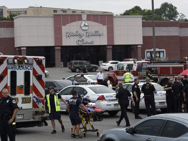 Policiais e equipes de emergência são vistos no estacionamento do complexo de cinemas Carmike Hickory 8, no subúrbio de Antioch, em Nashville, após tiroteio (Foto: AP Photo/Mark Zaleski)