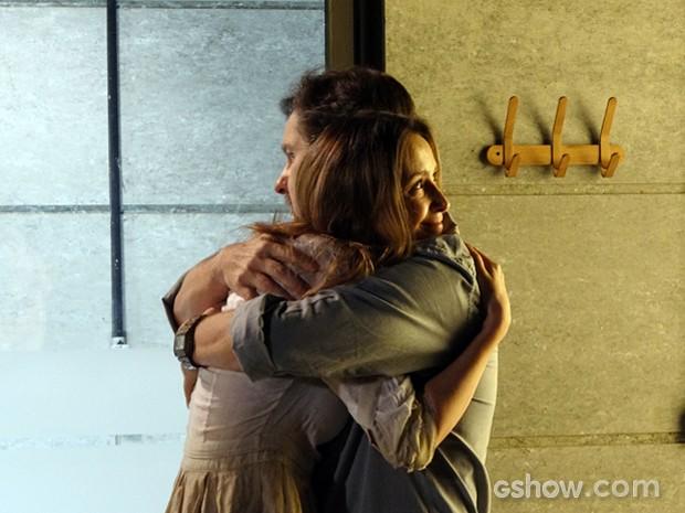 LC fica com pena de Angelique e a abraça (Foto: Além do Horizonte/TV Globo)