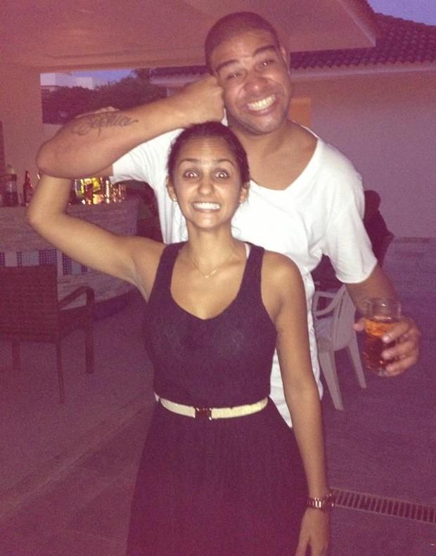Adriano e sua namorada, Renata Fontes (Foto: Facebook/ Reprodução)