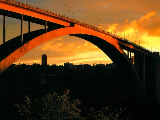 Ponte da Amizade foi inaugurada no dia 27 de março de 1965 pelos presidentes Castelo Branco e Alfredo Stroessner (Foto: PMFI / Divulgação)