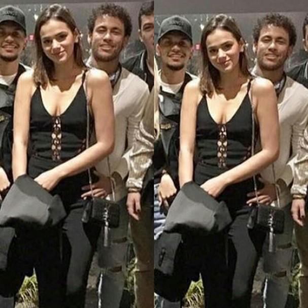 Neymar repousa a mão sobre o quadril de Bruna Marquezine (Foto: Reprodução/Instagram)