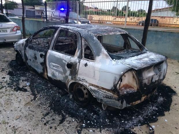 Ataque aos veículos aconteceu no fim da noite deste sábado (Foto: Divulgação / PM)