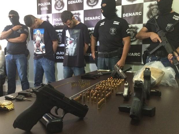 Armas, drogas, celulares e dinheiro apreendidos com Nice e Mandioca em Goiânia, Goiás (Foto: Paula Resende/ G1)