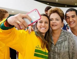 Iris Sing Jogos Pan-Americanos - foto com Dilma (Foto: Reprodução/Facebook)