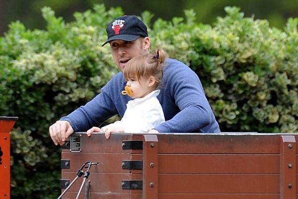 Ryan Gosling brincando com sua primeira filha (Foto: Divulgação)