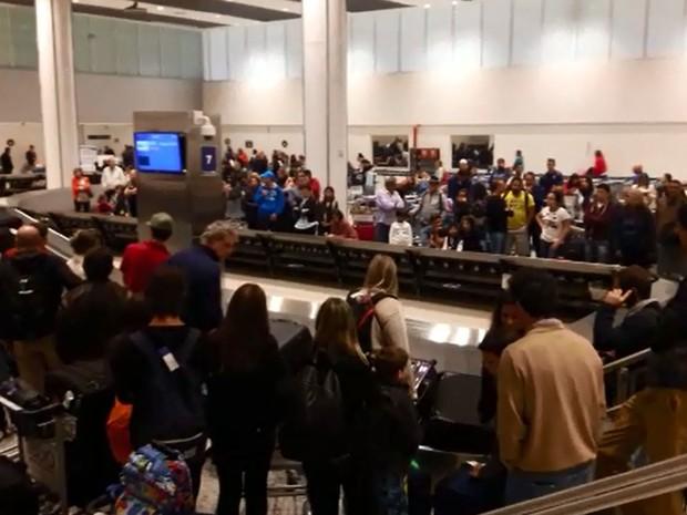 Passageiros esperam para retirar bagagens em Viracopos (Foto: Vc no G1)