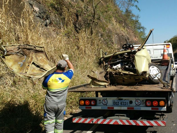 Carro fica partido ao meio após capotar e deixar três feridos em Marília (Foto: Gabriel Tedde / Marília Notícia)