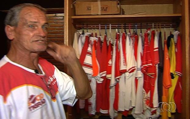Coleção de camisas de José Antônio, torcedor do Vila nova (Foto: Reprodução/TV Anhanguera)