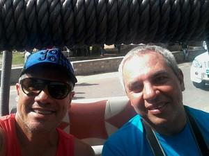 Sérgio e o amigo Manuel em foto tirada durante viagem a Índia (Foto: Sérgio Sepúlveda/Arquivo pessoal)