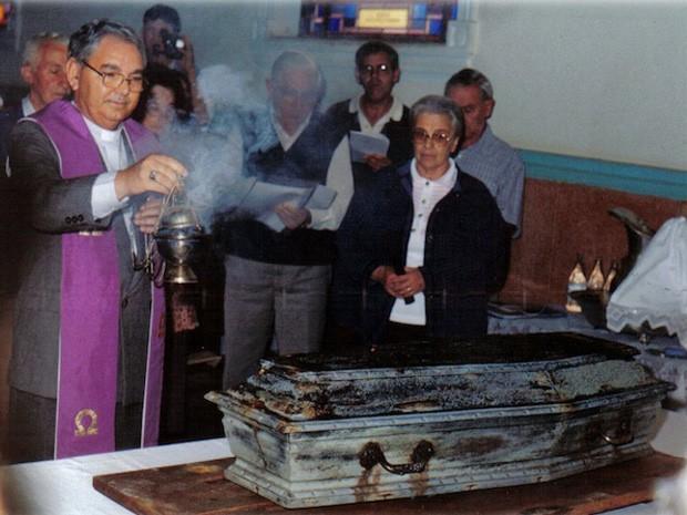 Dom Diamantino (à esq.) durante exumação do corpo de Padre Victor, em 1998 (Foto: Arquivo Secretaria de Cultura de Três Pontas)