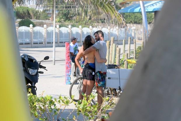 Juliano Cazarré e esposa após surfar (Foto: Dilson Silva / AgNews)