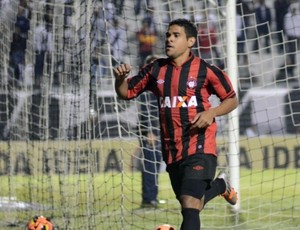 Atacante Ederson, do Atlético-PR, contra a Ponte Preta (Foto: Site oficial do Atlético-PR/Gustavo Oliveira)