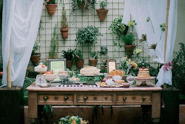 Quando a ocasião é um brunch ou chá da tarde, a decoração pode ser mais leve. Que tal usar aquele seu móvel antigo, sem toalha mesmo, para apoiar as comidinhas? Aqui, a mesa foi utilizada para uma deliciosa festa da panqueca. Sobre ela, pratos de várias a (Foto: Tati Abreu/Casa e Comida)