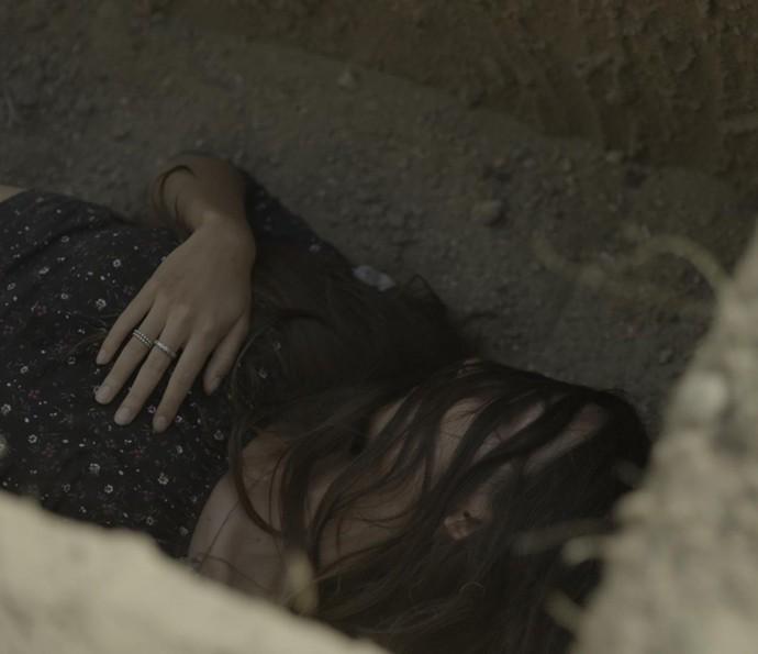 Luciana toma uma bofetada e Samurai a coloca dentro do buraco (Foto: TV Globo)