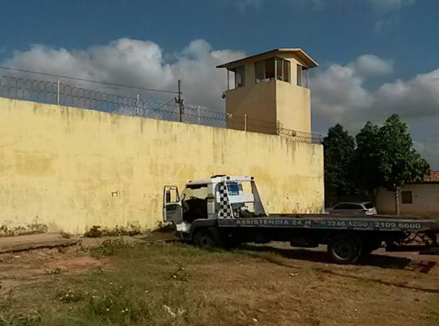 Veículo serviria para derrubar o muro dos fundos da unidade. (Foto: Douglas Pinto/TV Mirante)
