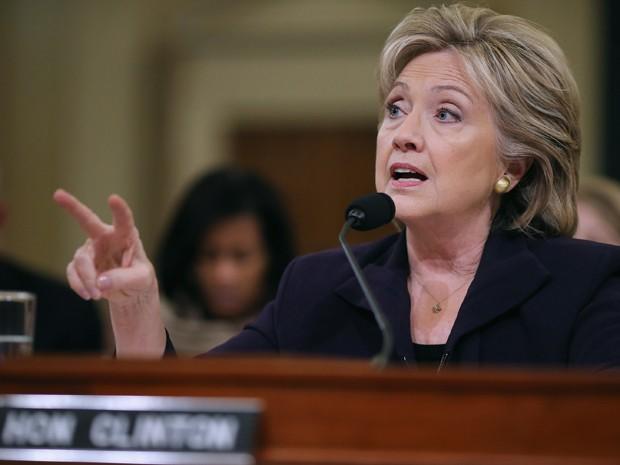 A ex-secretária de Estado e candidata democrata à presidência Hillary Clinton testemunha perante comitê na Câmara dos Representantes sobre ataque a diplomatas em Benghazi, na quinta (22) (Foto: AFP Photo/Saul Loeb)