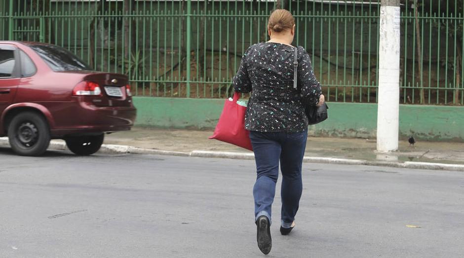 Imprudência. Pedestre atravessa fora da faixa na Rua Turiaçu, em Perdizes, zona oeste; CET editará normas na capital  (Foto: Estadão Conteúdo)