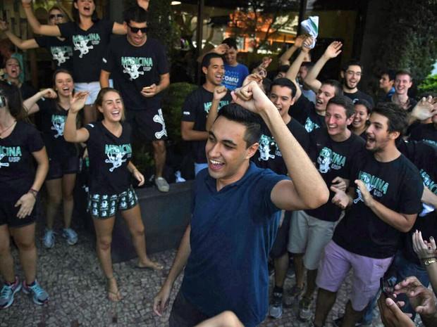 Aluno festeja a aprovação no vestibular da Fuvest (Foto: Fabio Tito/ G1)