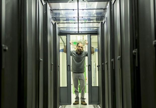Marcos e o supercomputador Santos Dumont (Foto: Ezio Philot)