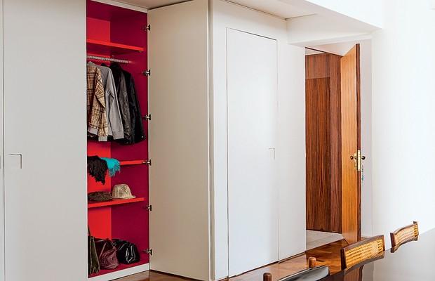 Logo na entrada de casa, o armário dos casacos esconde uma surpresa: é vermelho por dentro. Todo o exterior é predominantemente branco. Projeto da arquiteta Beatriz Fujinaka (Foto: Edu Castello/Casa e Jardim e divulgação)