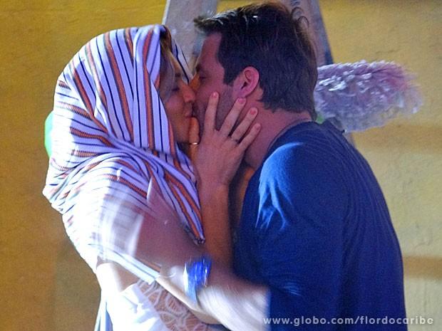 Ester e Cassiano se casam de mentirinha (Foto: Flor do Caribe/TV Globo)